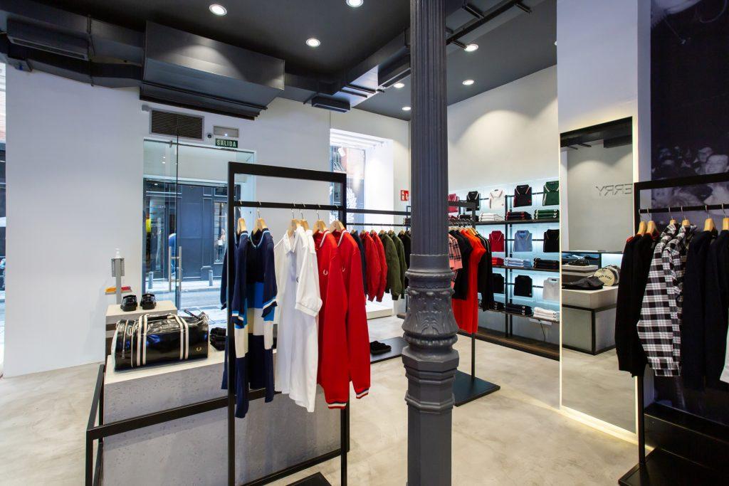 La nueva tienda de Fred Perry en Madrid. Interior con las prendas