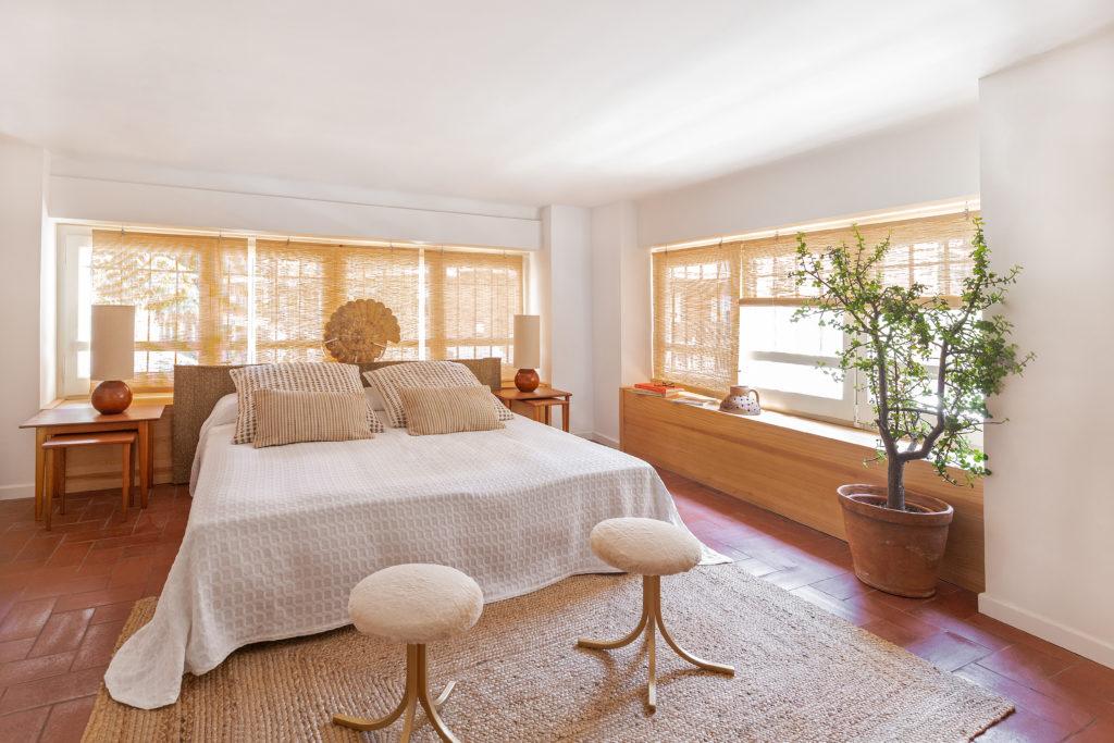 El dormitorio de la vivienda diseñada por Alex March Studio
