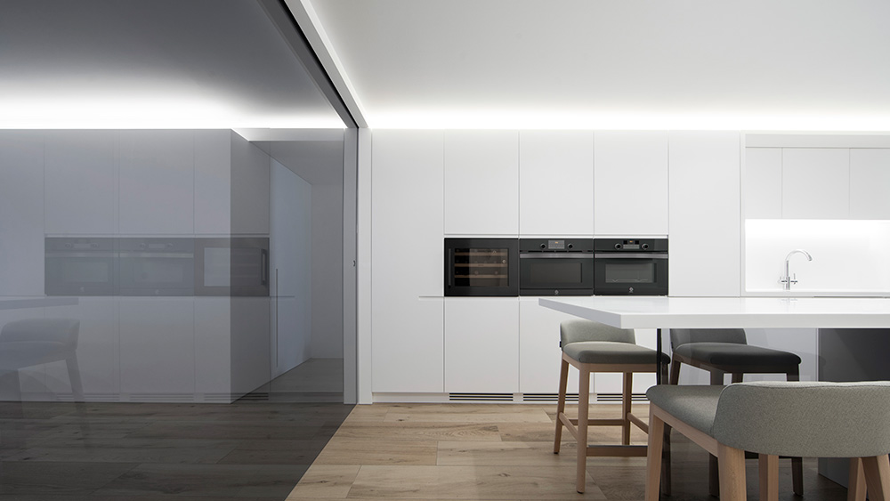 Vivienda GC, reforma integral y diseño de interior en el centro histórico de Valencia por onside - mesa cocina