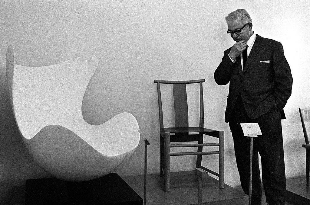 Arne Jacobsen junto a su silla Cisne